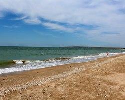 Песчаный пляж Новоотрадного
